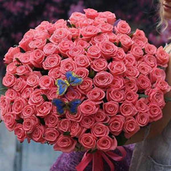 101 розовая роза с бабочками