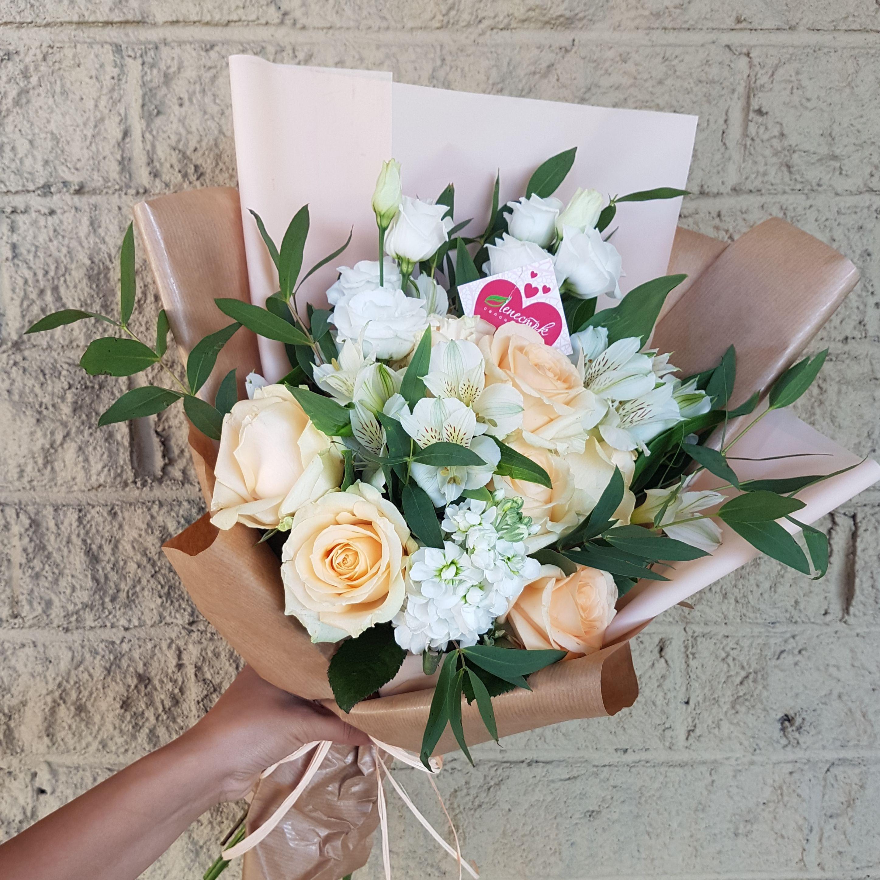 Букет из маттиолы, эустомы, альстромерии и розы