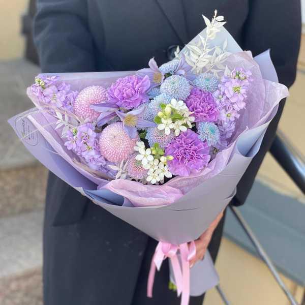 Букетик в сиреневых оттенках из диантусов, экзотической хризантемы и маттиолы