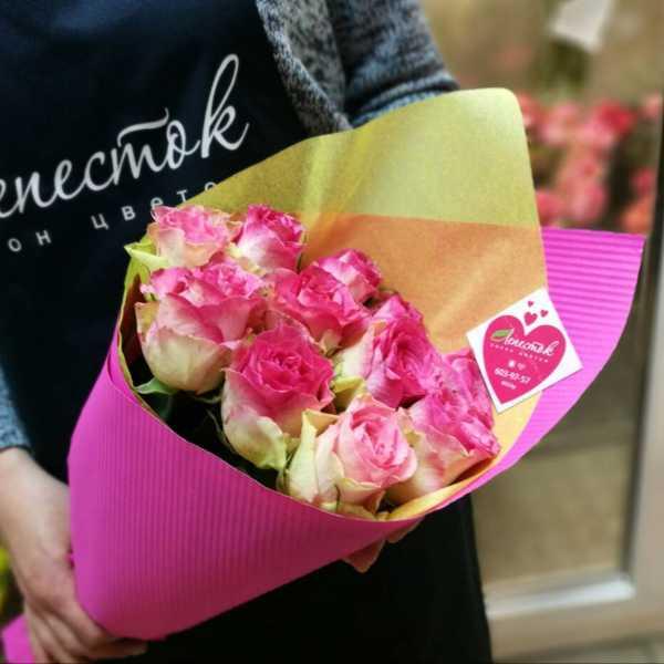 11 нежных роз в стильной упаковке
