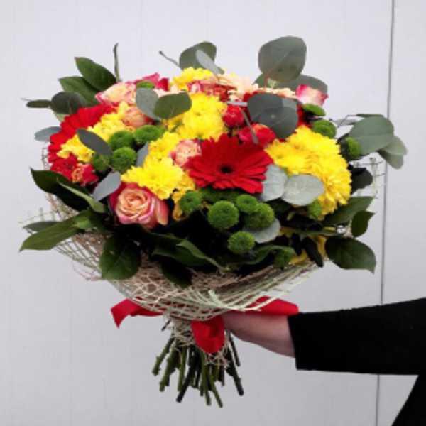 Букет из кустовых роз, гербер и хризантем
