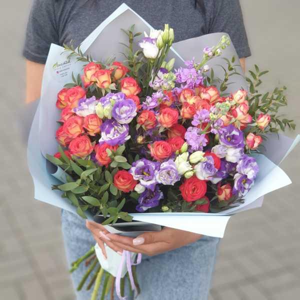 Букет из кустовых роз, эустом и маттиол