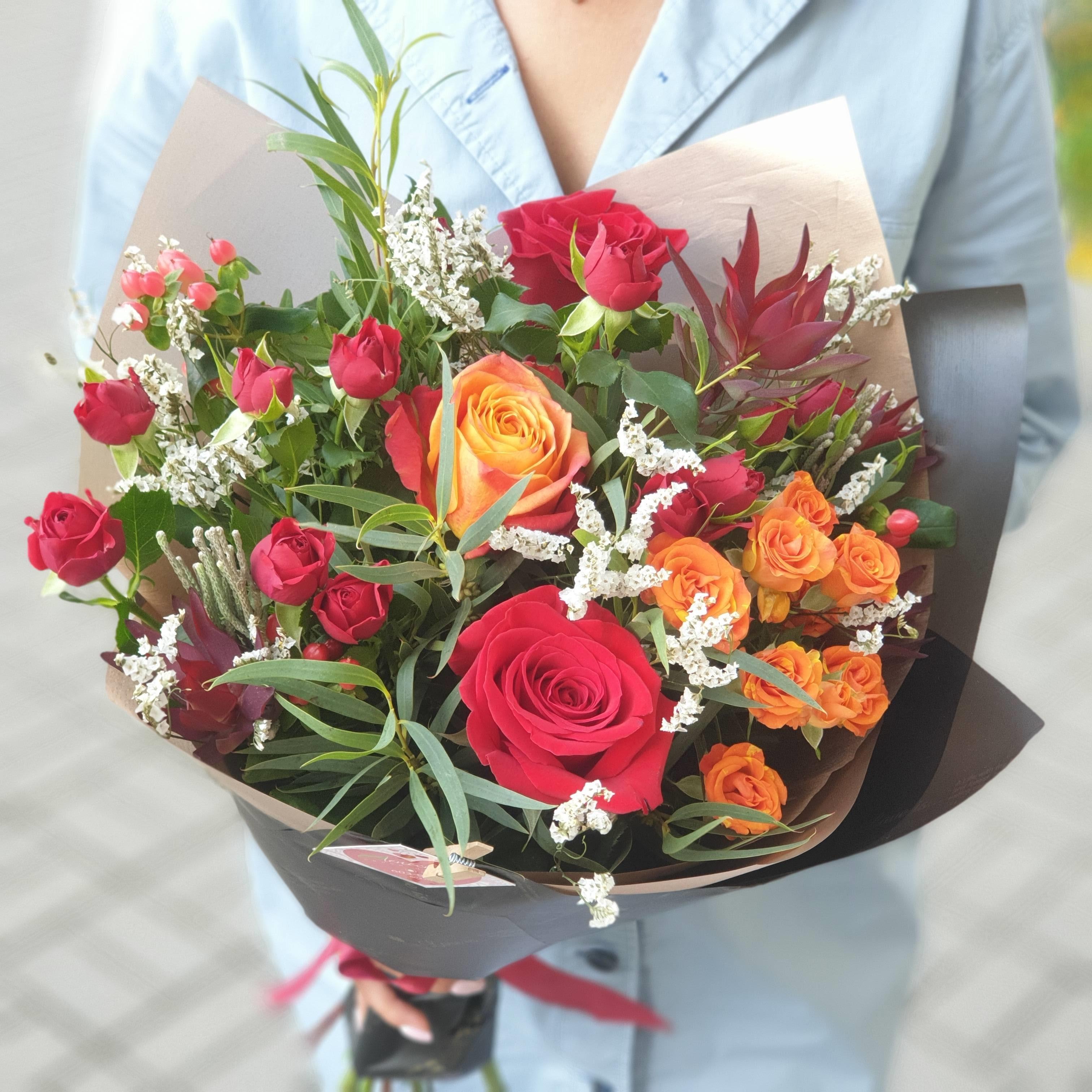 Букет из кустовой и одноголовой розы с зеленью