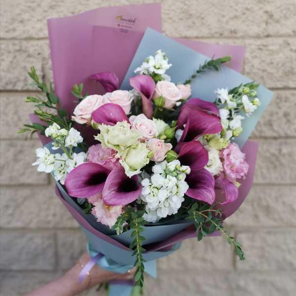 Букет из калл, маттиол и кустовых роз