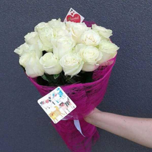 Букет из 17 белых, импортных розы в сетке.