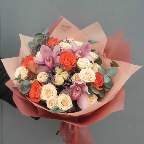 Букетик в тёплых тонах из орхидей, кустовой и одноголовой розы