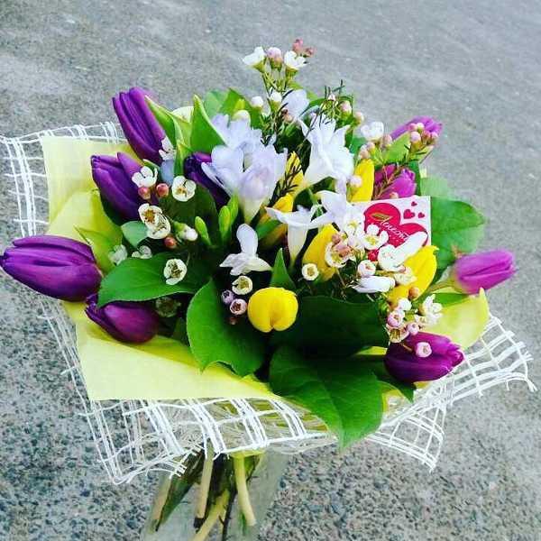 Сборный букет из тюльпанов, фрезии и зелени