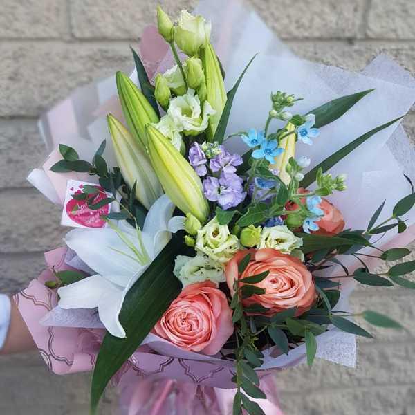 Букет из лилии, роз, маттиолы и твидии