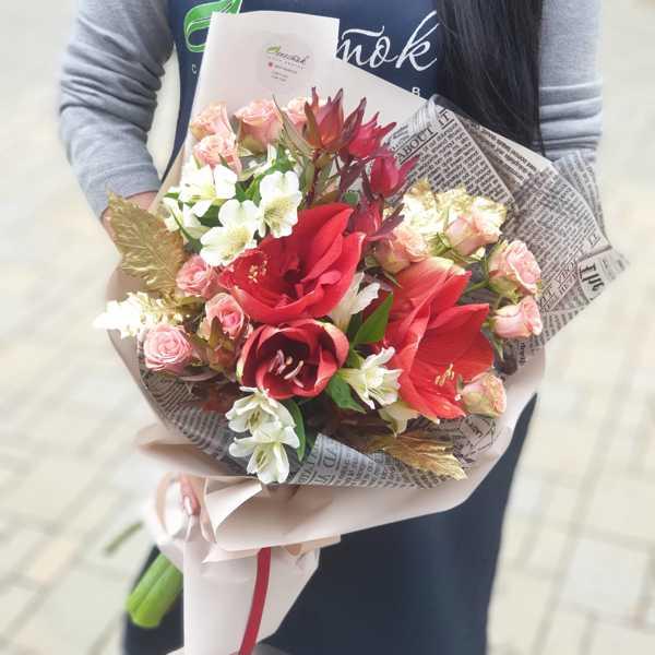 Букет из амариллисов, альстромерии и кустовой розы