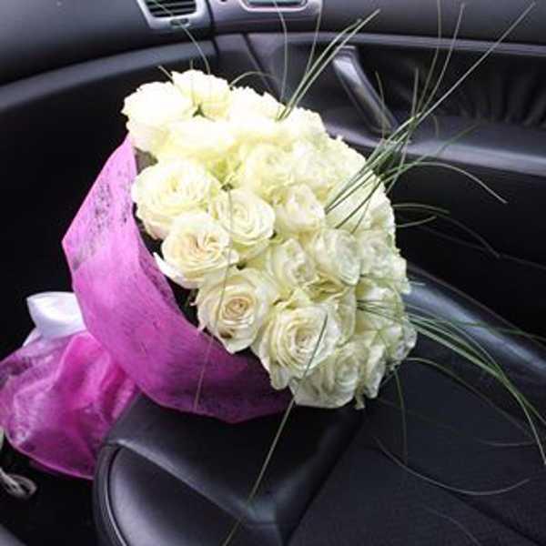 41 белая роза с оформлением и берграсом