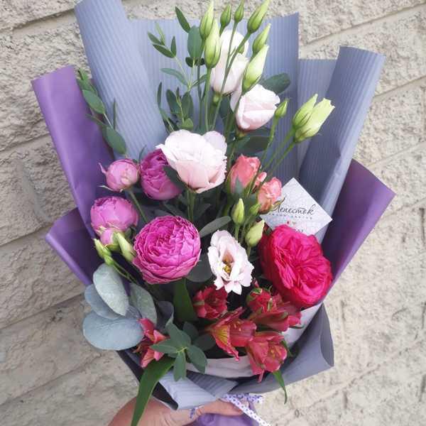Букет из пионовидных роз и эустомы