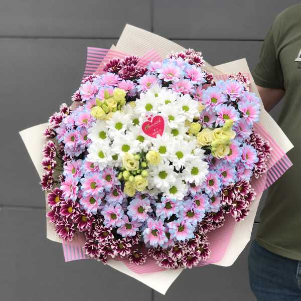 Букет из разноцветных хризантем и эустомы