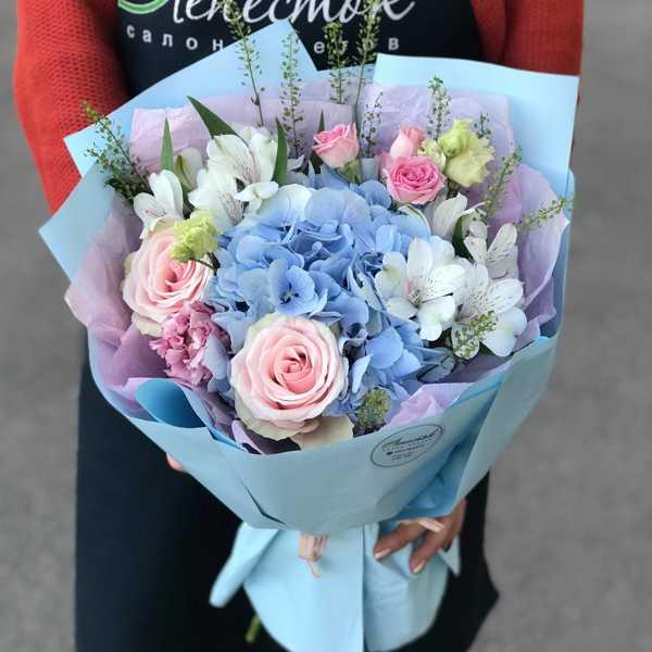 Букет из голубой гортензии, альстромерий и роз