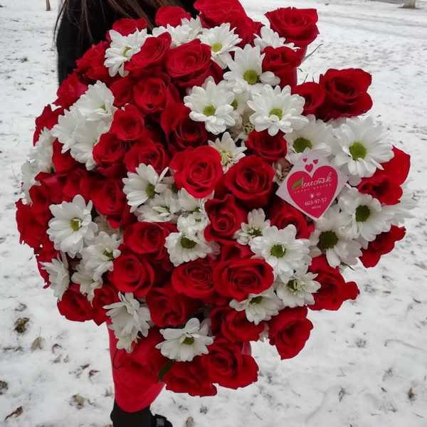 Букетик из 51 розы и 10 веточек кустовых хризантем