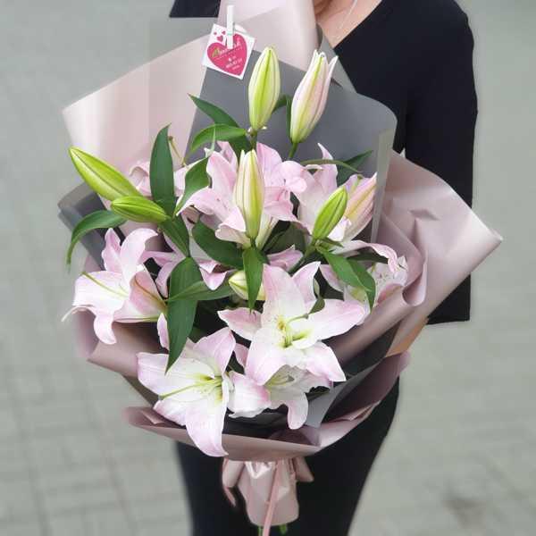 Букет из розовых лилий