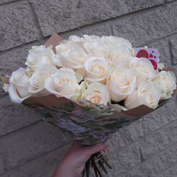 21 белая роза Mondial в крафте