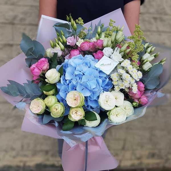 Шикарный букет из гортензии и пионовидных роз
