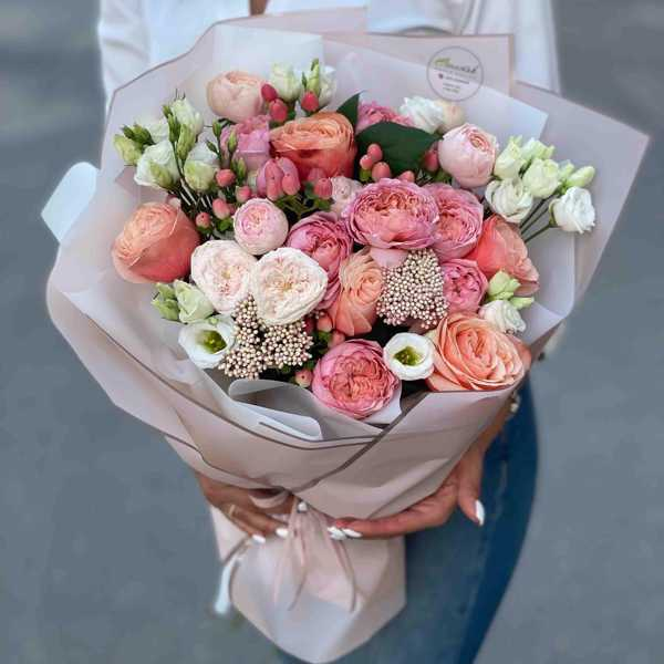 Кофейный букет из пионовидных роз и лизиантусов