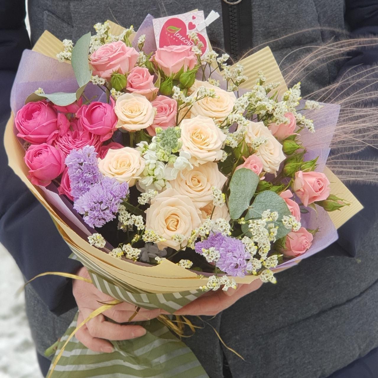 Нежный букет из кустовых и пионовидных роз