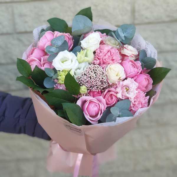 Нежный букет из пионовидных роз,эустомы и  гвоздики