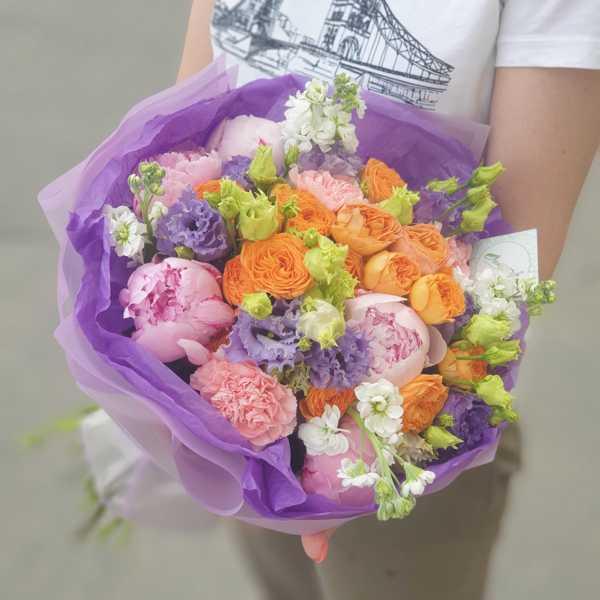 Круглый букет из пионов, пионовидных роз и маттиолы