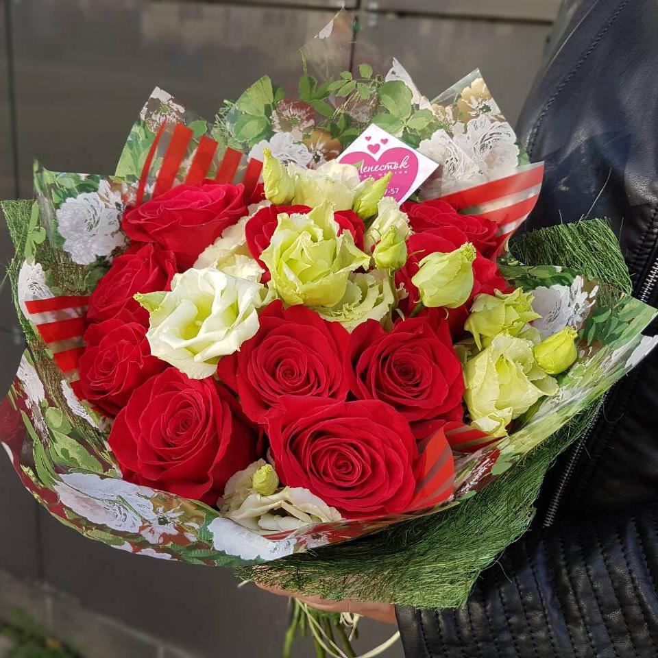 Букет из роз и эустомы