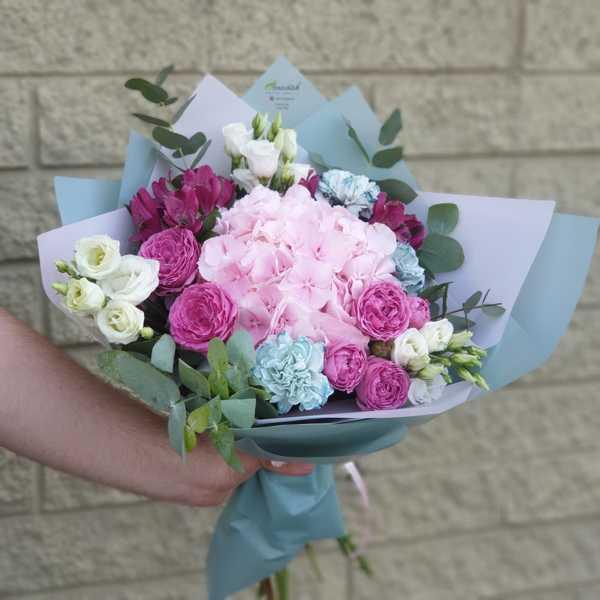 Букет из гортензии, гвоздик и пионовидных роз