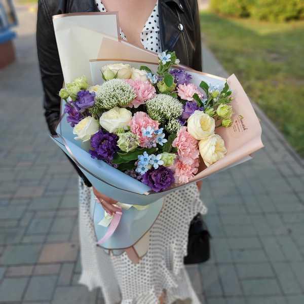 Букет из розовых гвоздик, пионовидных роз, эустом