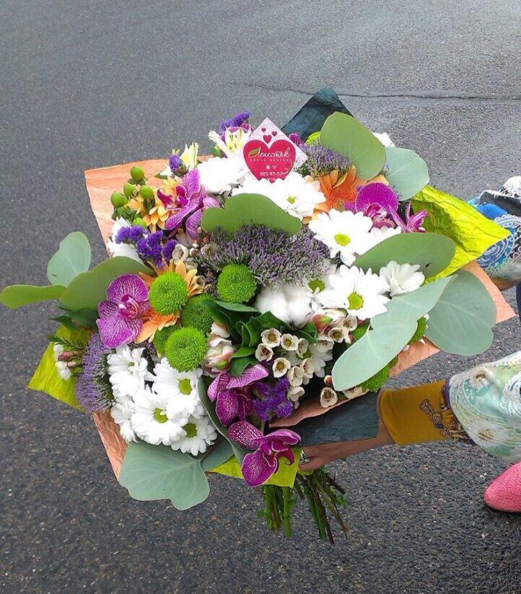 Букет из орхидей, хризантем, альстромерии, гербер и зелени