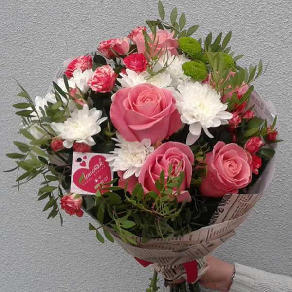 Сборный букет из роз, хризантем и зелени