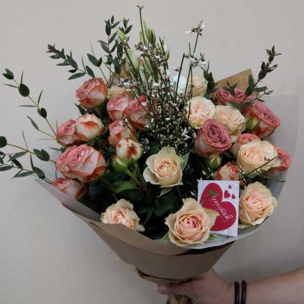 Букет из кустовых роз и зелени