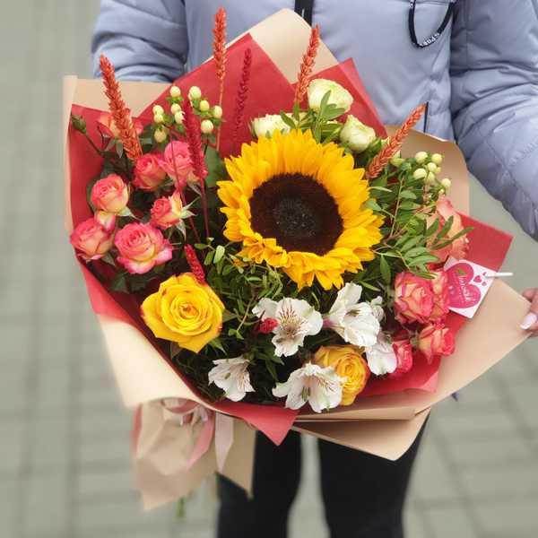 Букет с подсолнухом и кустовой розой