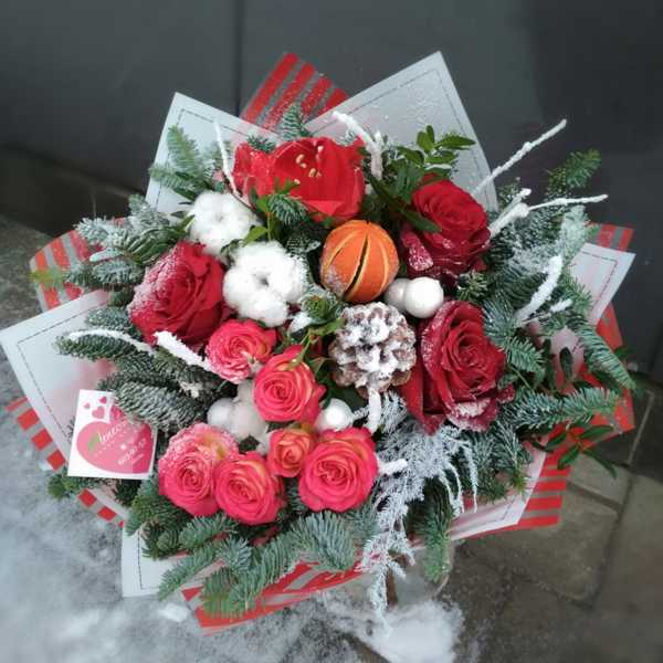 Зимний букетик из амариллиса и роз