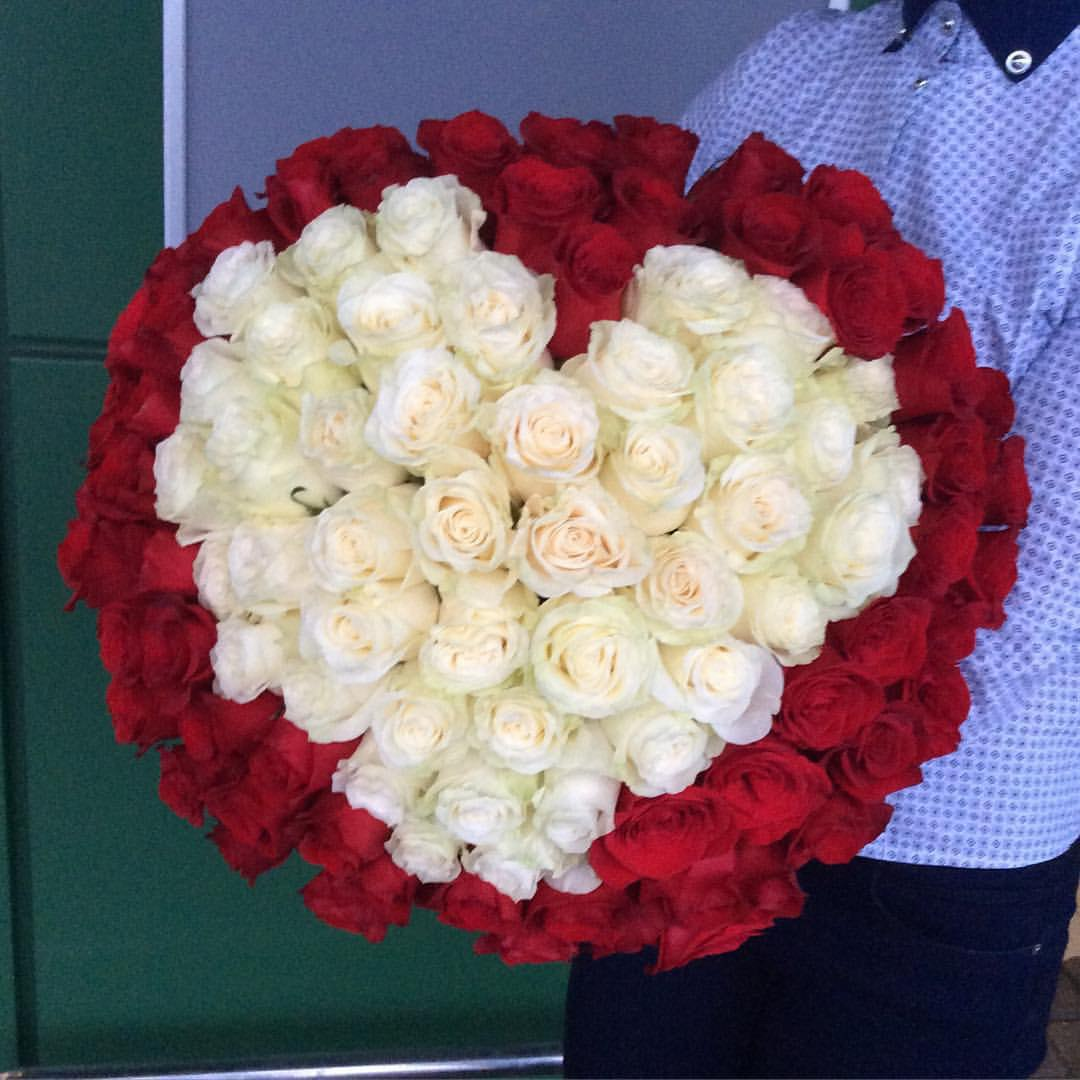 101 роза с сердцем внутри
