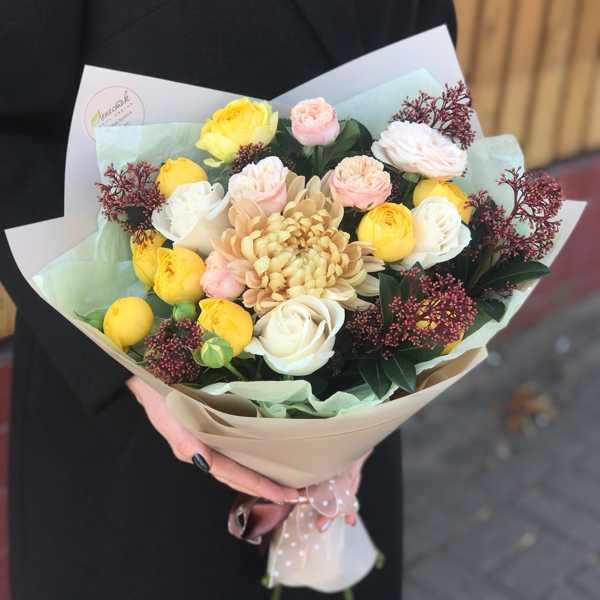 Букет из пионовидных роз, скимии и хризантемы