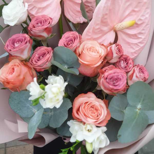 Букет из антуриумов, фрезии и кустовой розы капучино