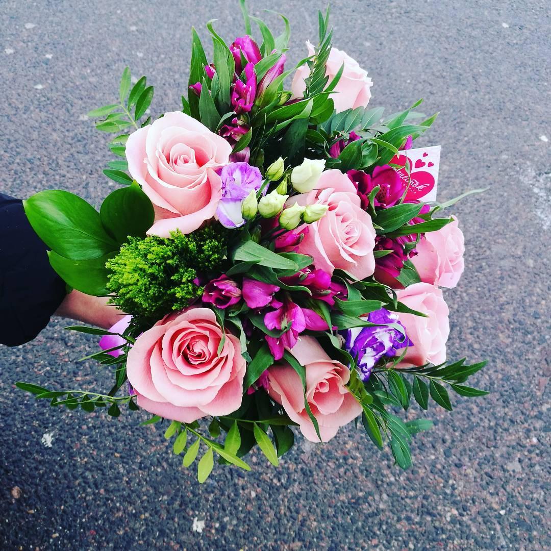 Сборный букет из роз, альстромерии, эустомы и зелени