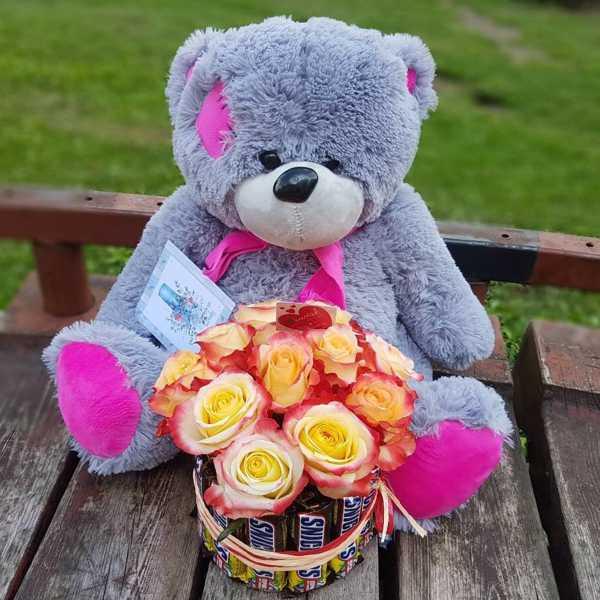 Вкусный подарок из роз и сникерсов