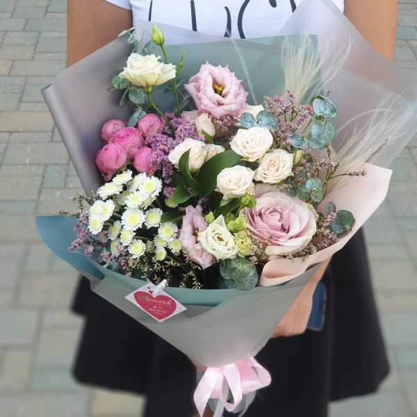 Букет на день рождения из кустовых роз, эустомы и зелени