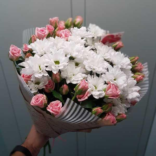 Букет из хризантем и кустовых роз