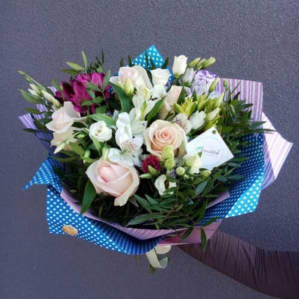 Букет из альстромерии, роз и эустом