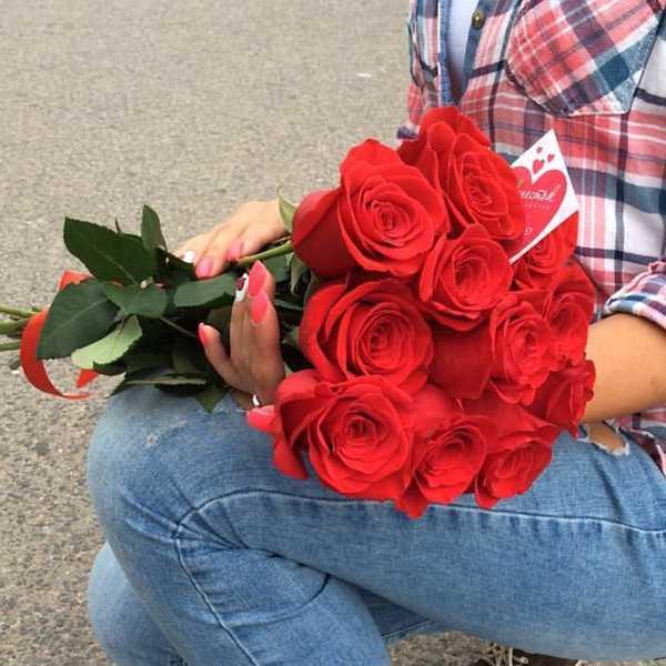 Букет из 11 красных импортных роз с лентой