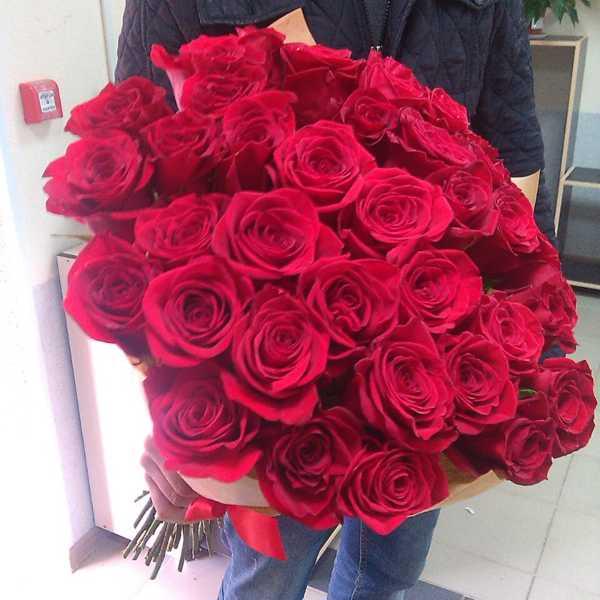 Букет из 41 красной импортной розы в крафт бумаге.