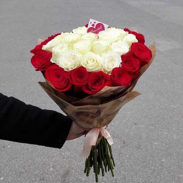 Букет из 35 роз с белыми розами в центре