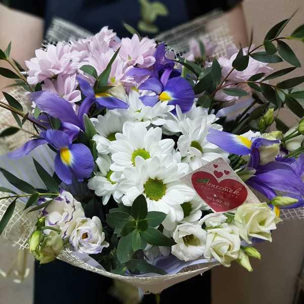 Букет из хризантем, ирисов и эустомы