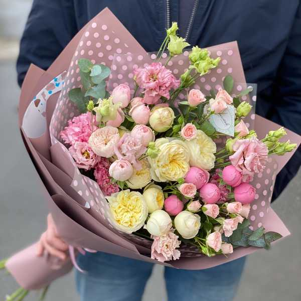 Букет из пионовидных роз, лизиантусов и эвкалипта
