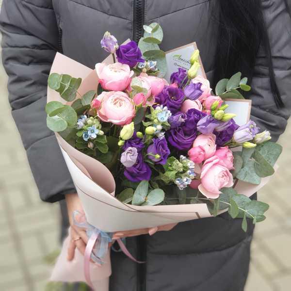 Нежный букет из эустомы,пионовидной розы и твидии