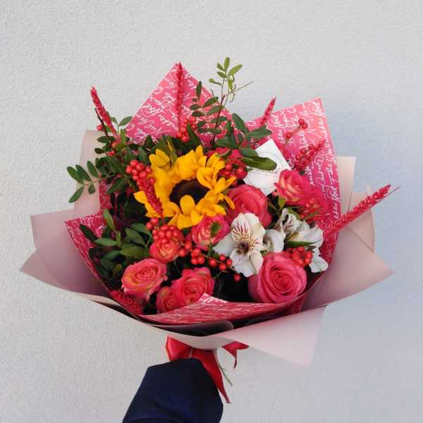 Букетик из подсолнуха, илекса и роз