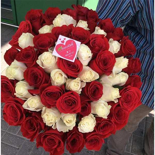 55 роз выложенных кольцами. Центр красный