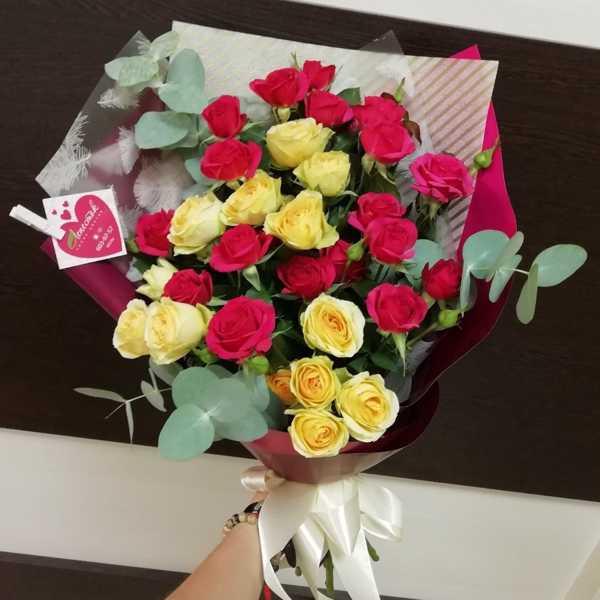 Букет из 7 кустовых роз и зелени